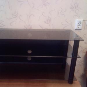продам  стеклянный столик под телевизор