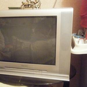 Продам телевизор toshiba bomba + портативный двд.